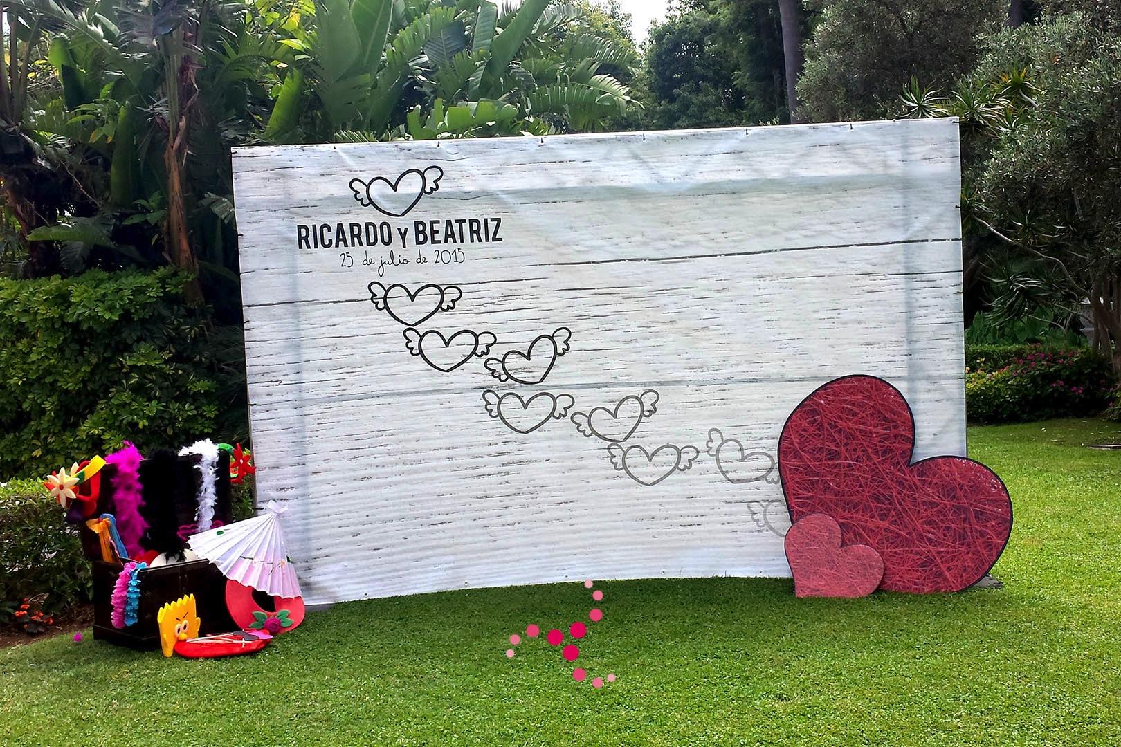 Cinco detalles para una boda elegante musicalia bodas for Decoracion de pared para novios